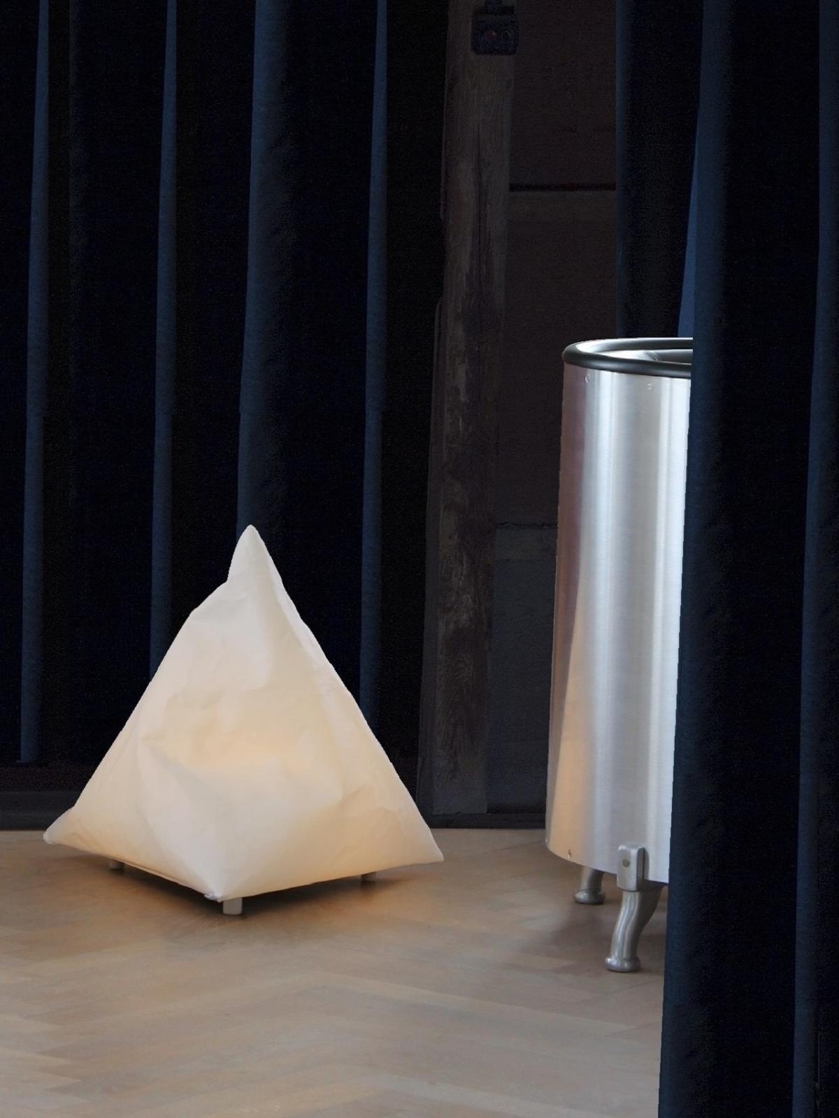 b2-gulvlampe-det-lille-isbjerg-sejldugslampe-miljø-png