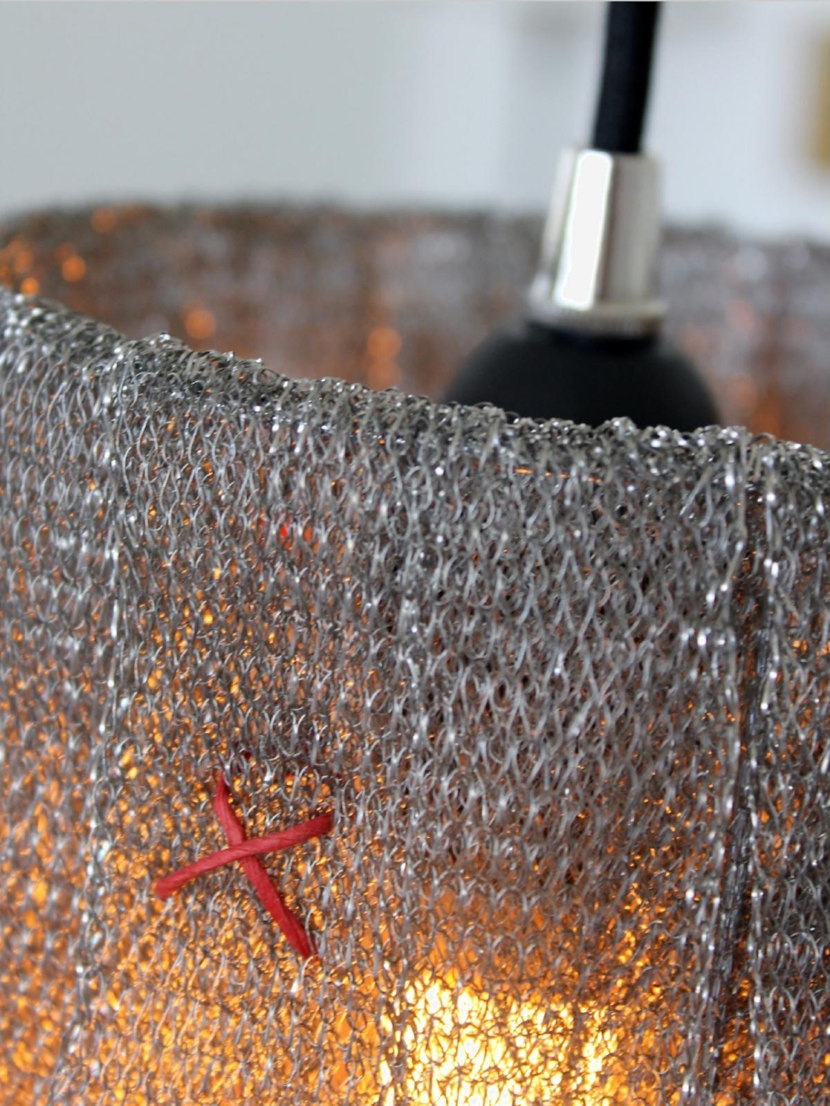 Staal mesh pendel med gennemførte detaljer.